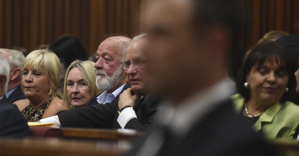 Mãe de Reeva Steenkamp, June (segunda à esquerda), e o pai, Barry, acompanham o julgamento de Oscar Pistorius, que atirou e matou a ex-modelo em fevereiro de 2013