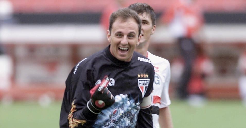 Rogério Ceni, goleiro do São Paulo, comemora gol marcado em 2002.