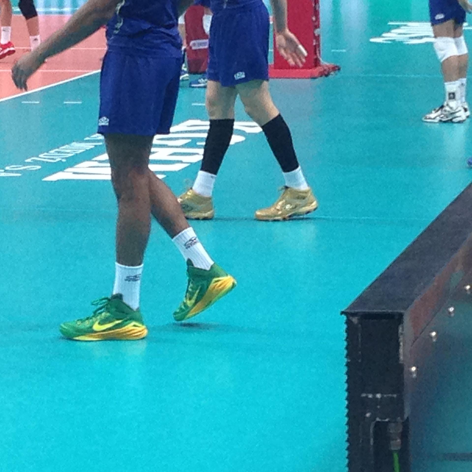 Craque do Brasil no Mundial de vôlei usa tênis de basquete para jogar -  15 09 2014 - UOL Esporte 9f86229fef336