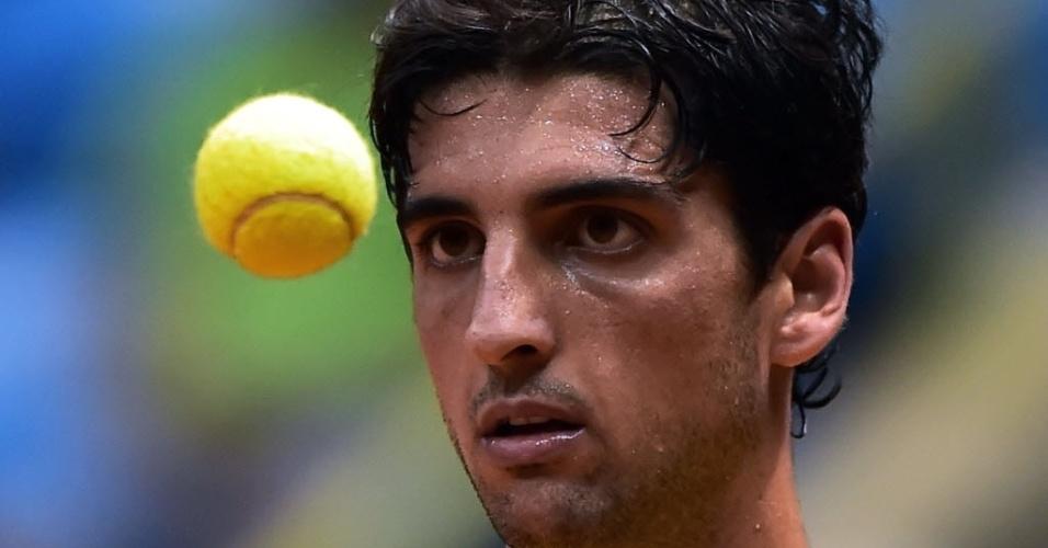 12.set.2014 - Brasileiro Thomaz Bellucci observa a bolinha durante o jogo contra o espanhol Pablo Andujar pela Copa Davis