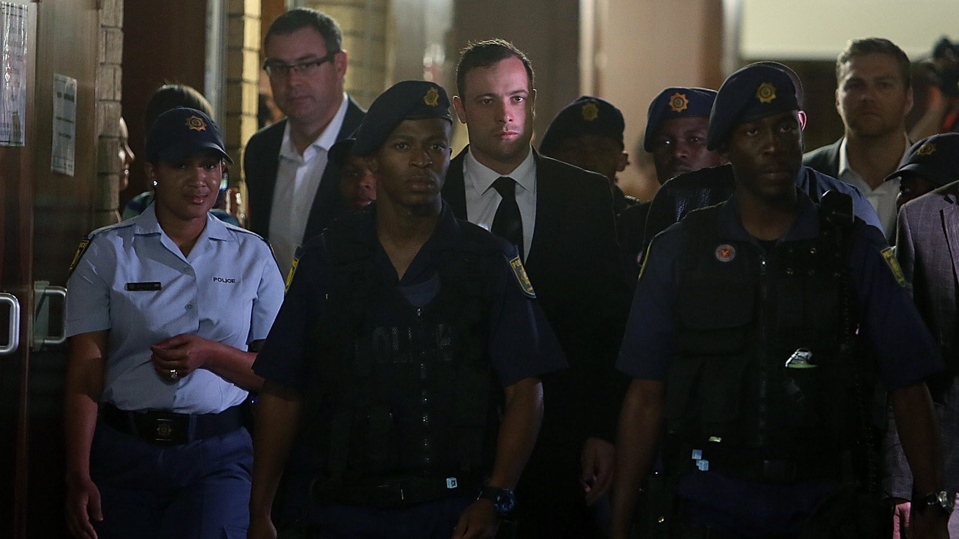 12.set.2014 - Escoltado por policiais, Oscar Pistorius chega ao tribunal de Pretória para a leitura da parte final do veredito do assassinato de Reeva Steenkamp, sua namorada