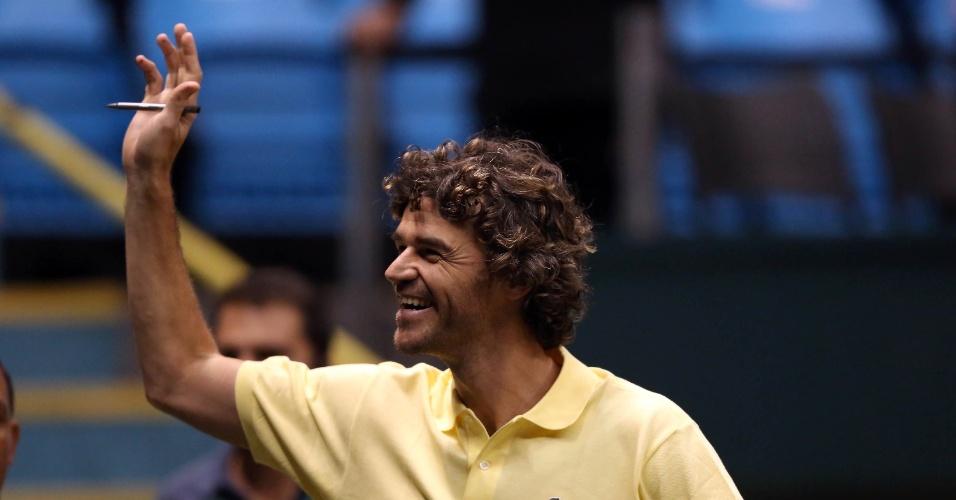 12.set.2014 - Guga acena para a torcida no Ginásio do Ibirapuera, em São Paulo, durante jogo entre Bellucci e Pablo Andujar pela Davis