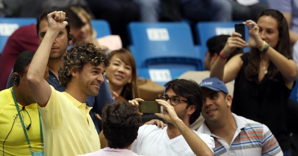 12.set.2014 - Guga atende os fãs no Ginásio do Ibirapuera durante os primeiros jogos do duelo entre Brasil e Espanha pela repescagem da Davis