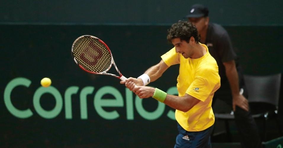 12.set.2014 - Thomaz Bellucci devolve de backhand a bola de Pablo Andujar no segundo jogo do duelo entre Brasil e Espanha pela repescagem da Copa Davis