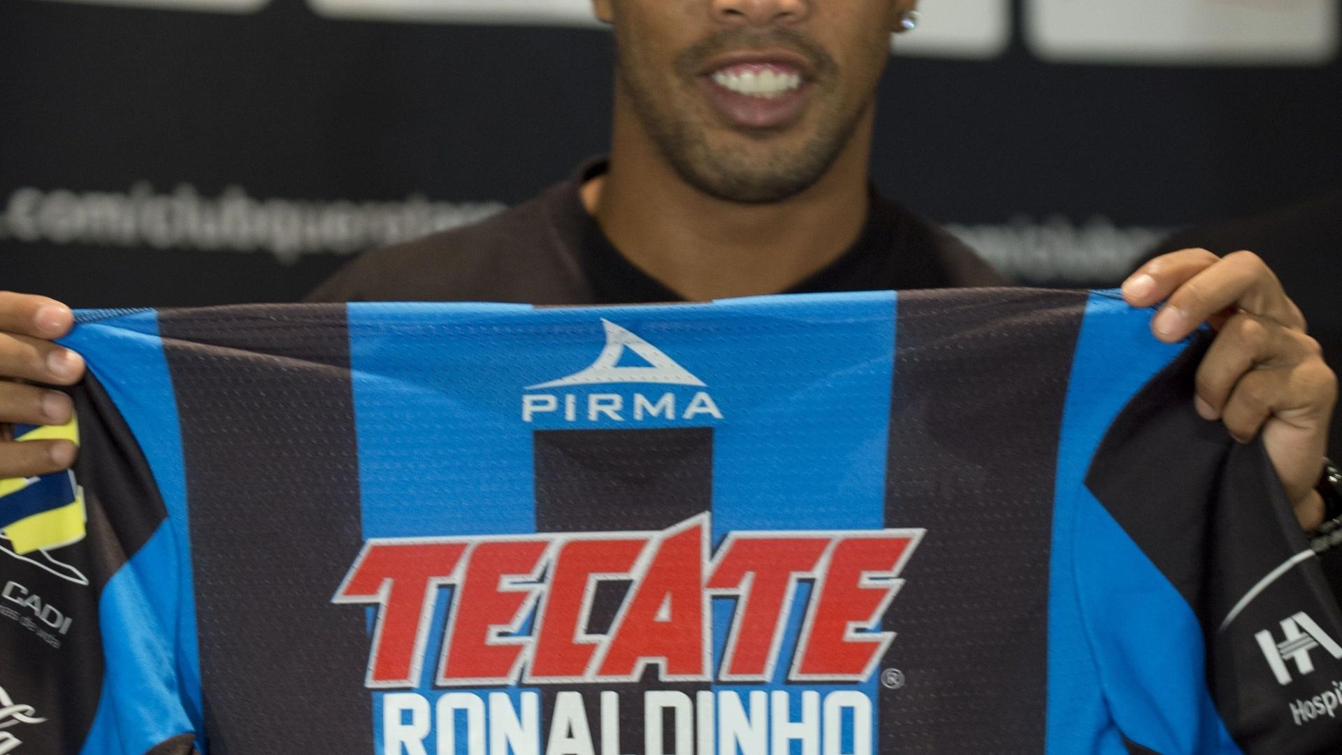 Ronaldinho Gaúcho exibe a camisa de número 49, que será utilizada no Queretaro