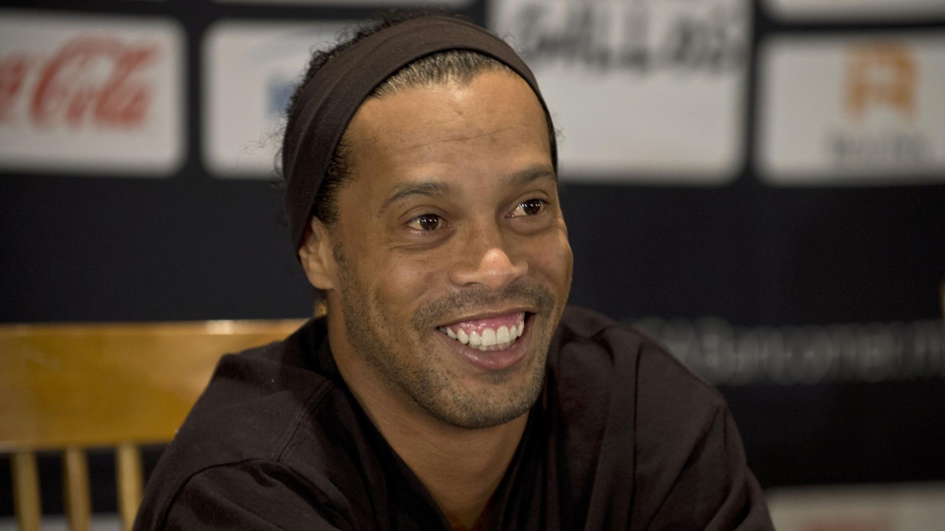 Ronaldinho Gaúcho sorri durante coletiva de imprensa na apresentação ao Queretaro