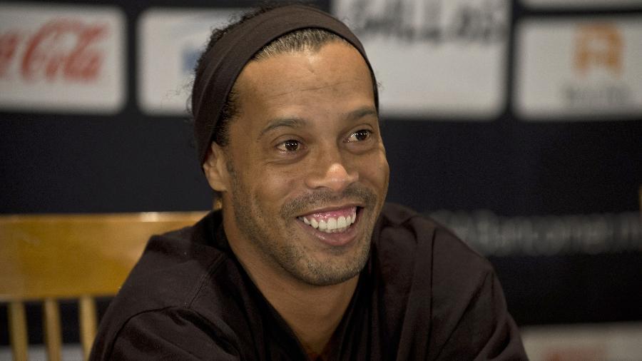 """Ronaldinho Gaúcho pediu """"por favor"""" para zagueiro parar de puxar sua camisa - AFP PHOTO/RONALDO SCHEMIDT"""