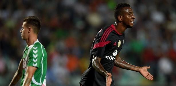 Talisca comemora um de seus 3 gols pelo Benfica contra o Vitória de Setúbal