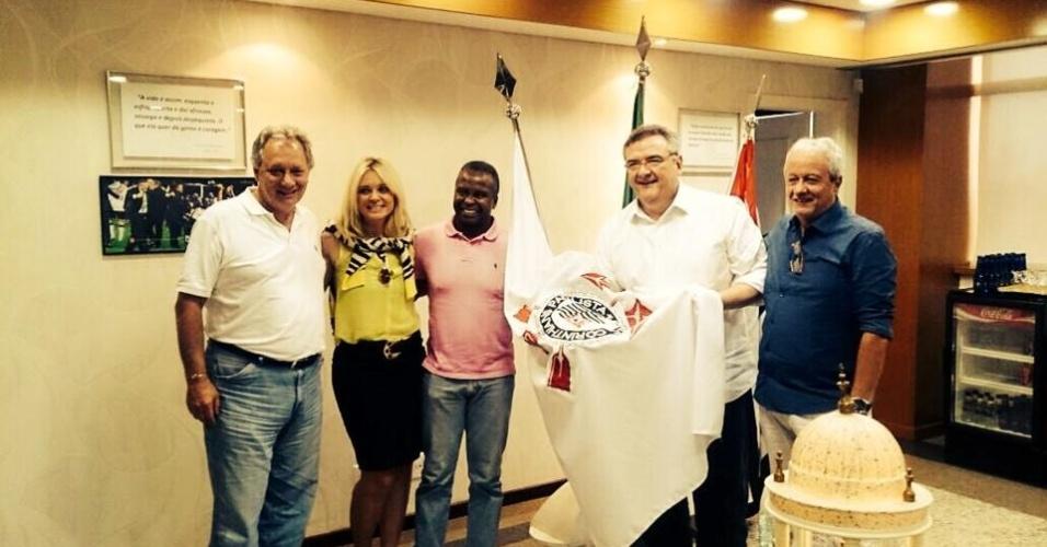 Wladimir, ex-lateral do Corinthians, posa ao lado de Mário Gobbi, presidente do clube, Katia Bagnarelli, viúva de Sócrates, e dois dirigentes alvinegros no Parque São Jorge.