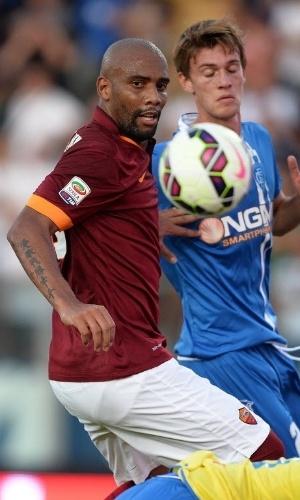 13.set.2014 - Lateral Maicon, da Roma, observa a bola em duelo contra o Empoli do Campeonato Italiano