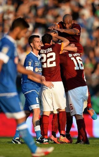 13.set.2014 - Maicon comemora com seus companheiros da Roma o gol marcado por Radja Nainggolan contra o Empoli do Campeonato Italiano