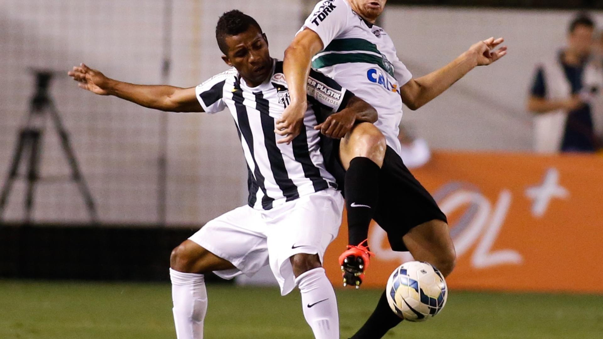 Cicinho, do Santos, disputa a bola com Zé Eduardo, do Coritiba em duelo na Vila Belmir