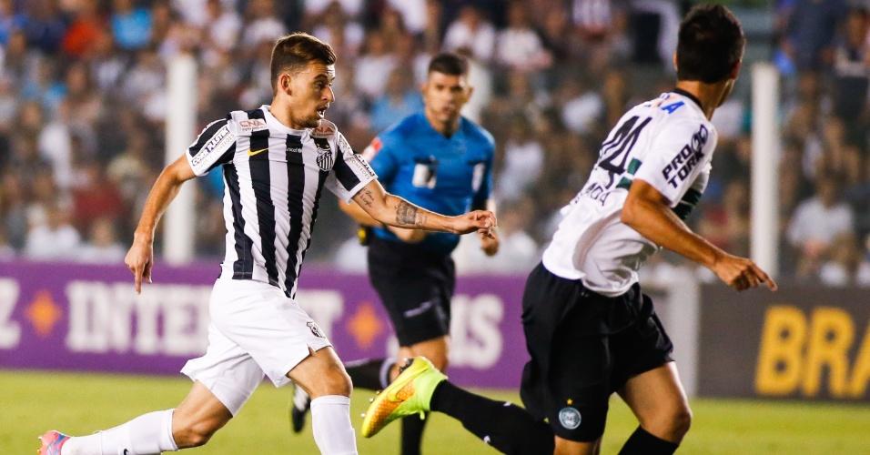 Lucas Lima carrega a bola pelo meio antes de acertar um chute lindo no ângulo