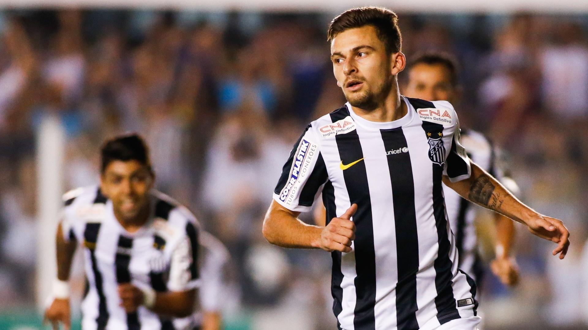 Lucas Lima corre para comemorar o gol e é observado por Gabriel, o autor da assistência
