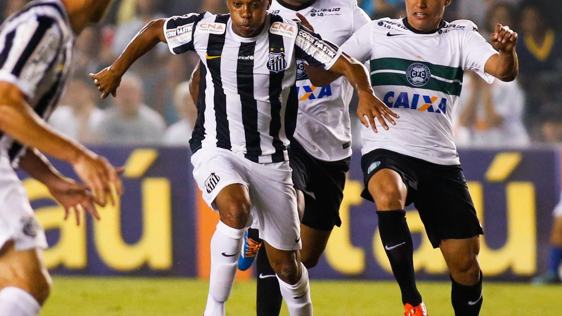 Robinho avança com a bola enquanto é perseguido por jogadores do Coritiba