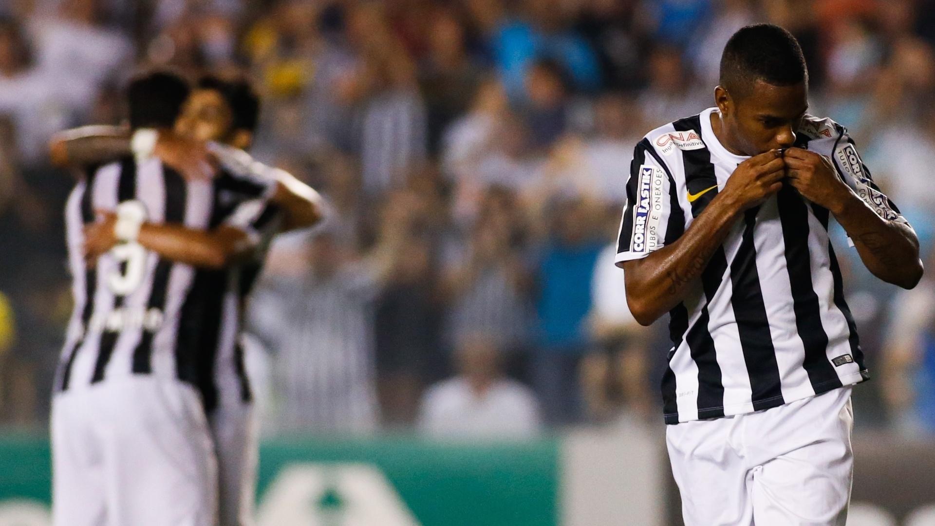 Robinho beija o escudo do Santos para comemorar o primeiro gol dele no Brasileirão 2014