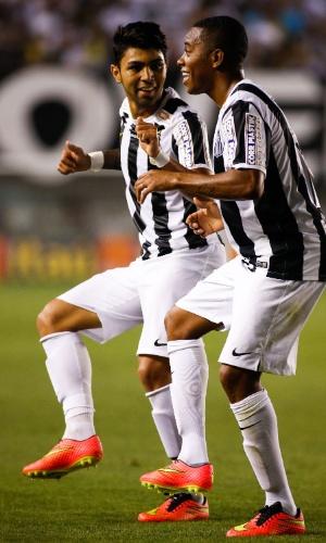 Robinho comemora com dancinha ao lado de Gabriel após marcar um golaço marcado na Vila