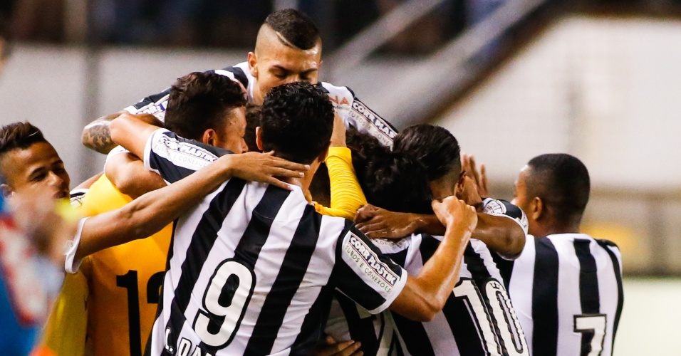 Time do Santos comemora o primeiro gol marcado por Lucas Lima na Vila