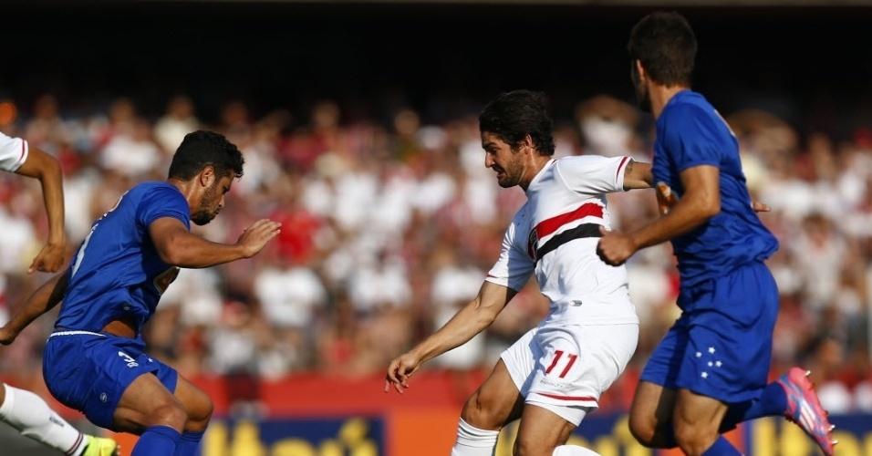 14.set.2014 - Alexandre Pato tenta jogada entre dois marcadores do Cruzeiro em duelo válido pelo Campeonato Brasileiro