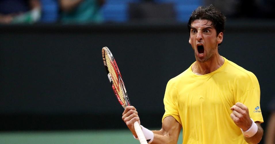14.set.2014 - Bellucci vibra muito após pontuar na partida contra Roberto Bautista pela repescagem da Copa Davis