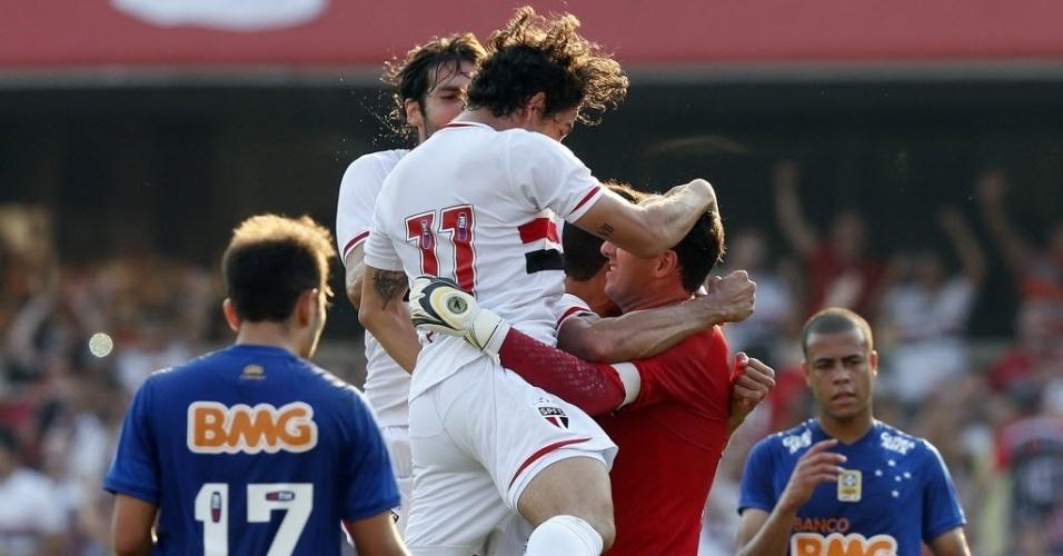 14.set.2014 - Jogadores do São Paulo comemoram gol de pênalti marcado por Rogério Ceni em jogo contra o Cruzeiro, no Morumbi, pelo Campeonato Brasileiro