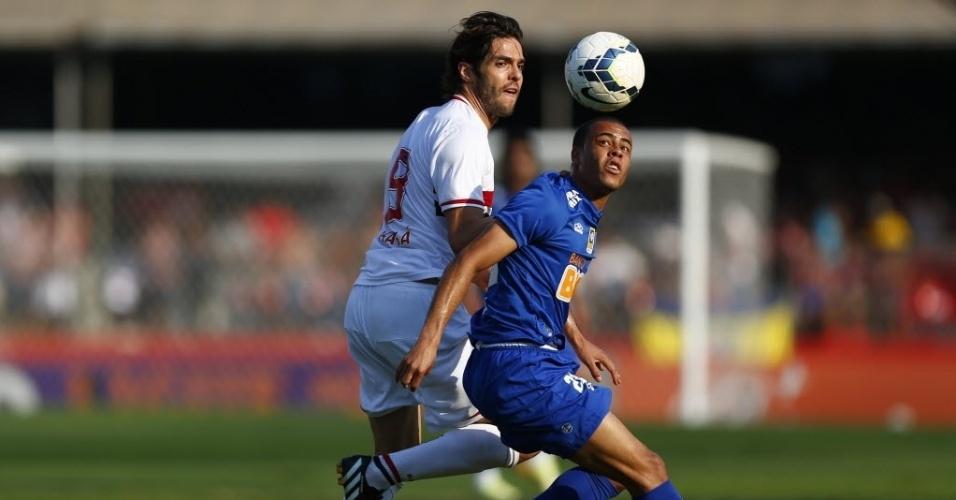 14.set.2014 - Kaká e Alisson disputam bola em jogo entre São Paulo e Cruzeiro, no Morumbi, pelo Campeonato Brasileiro