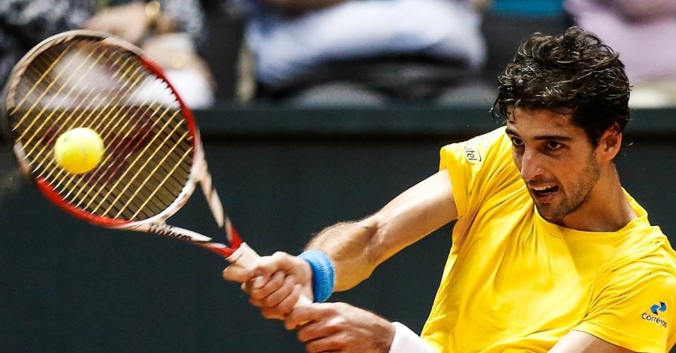 14.set.2014 - Thomaz Bellucci rebate bola de Roberto Bautista em jogo válido pelo duelo entre Brasil e Espanha pela repescagem da Copa Davis
