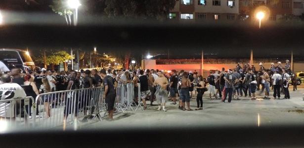 Torcedores do Corinthians são detidos no Maracanã após confusão com a PM e a torcida Flamengo, em outubro, em jogo válido pelo Campeonato Brasileiro de 2016: até hoje, 27 deles estão presos sem julgamento.