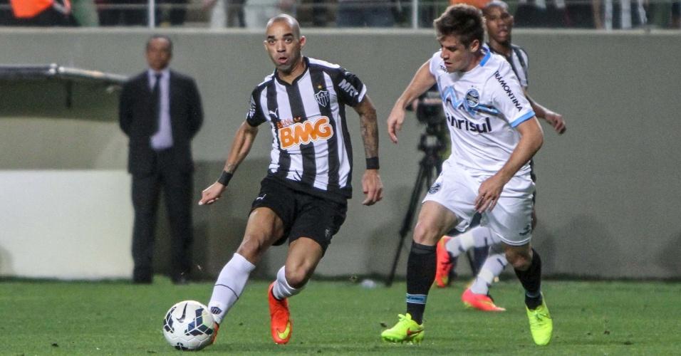 Diego Tardelli, do Atlético-MG, tenta superar a marcação de Ramiro, do Grêmio