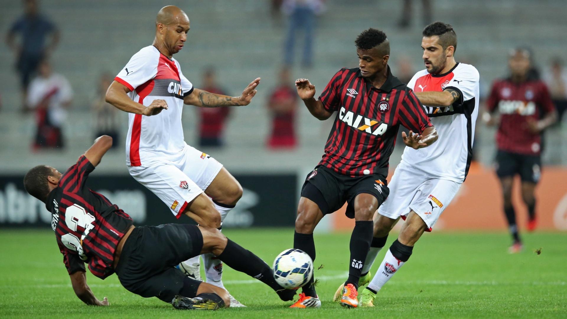 Dinei (esquerda, em pé) tenta superar a marcação no jogo entre Atlético-PR x Vitória