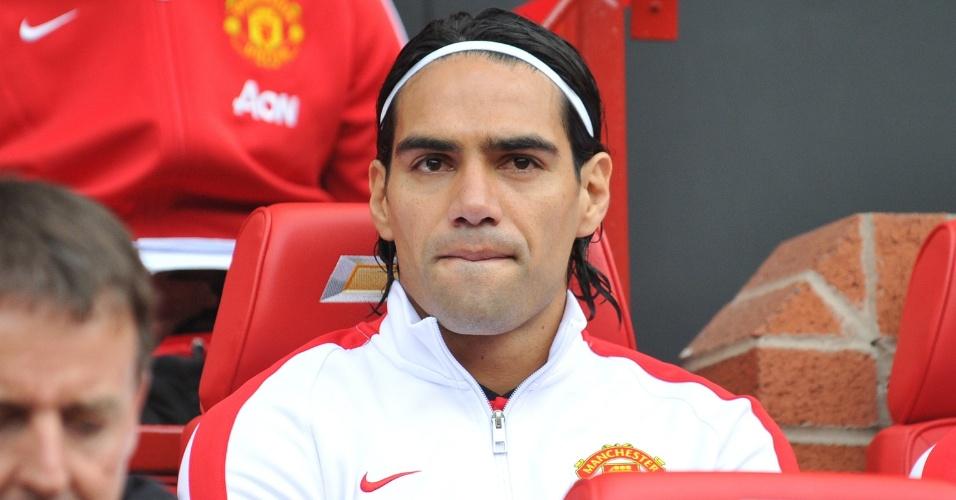 Falcao García acompanha do banco de reservas a partida entre Manchester United e Queens Park Rangers