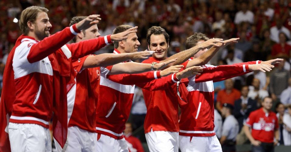 Federer comemora com a equipe suíça a sua vitória e a vaga para a final da Copa Davis