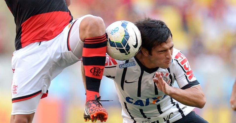 Lodeiro divide bola com Canteros na partida entre Flamengo e Corinthians (14.set.2014)