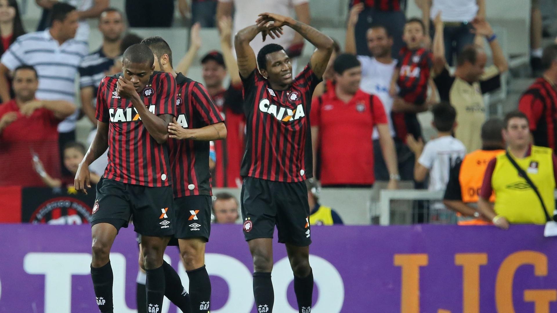 Marcelo (esquerda) comemora gol do Atlético-PR pelo Brasileiro