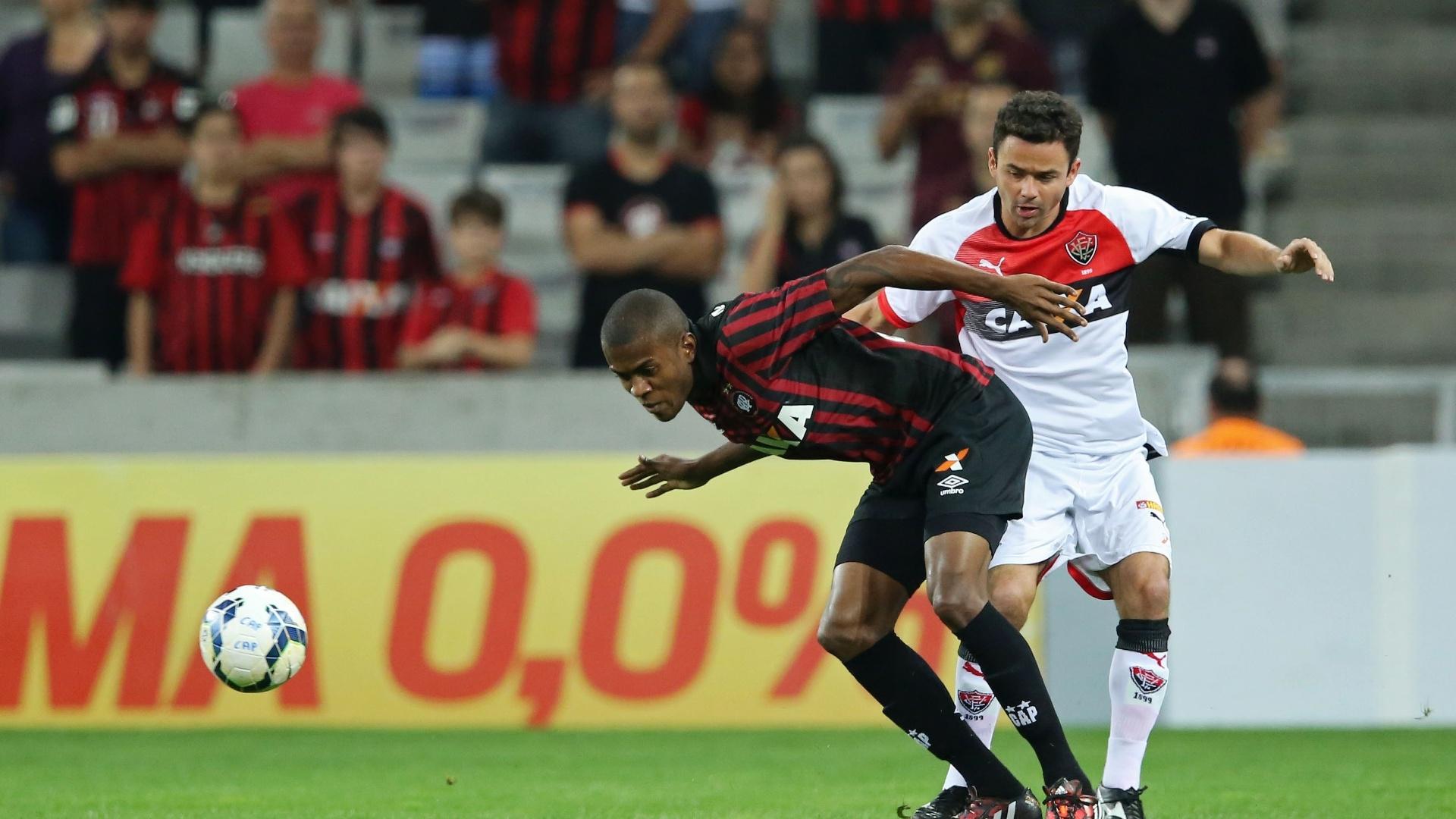 Marcelo (esquerda) disputa bola com Juan na partida entre Atlético-PR x Vitória