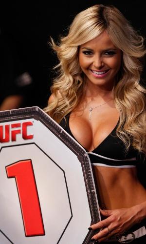 Ring girl exibe a placa do UFC Brasília