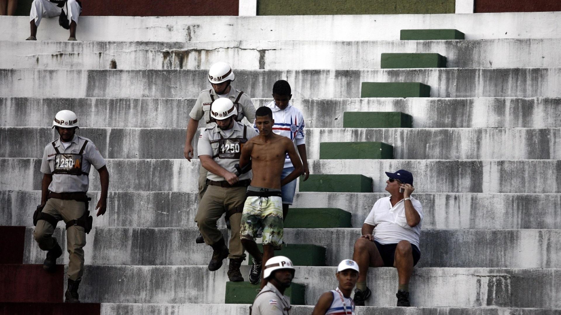 Torcedor do Bahia é detido após se envolver em confusão na partida contra o Figueirense