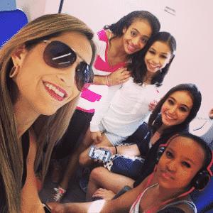 Flávia posa com Daniele Hypolito e outras colegas de ginástica - Reprodução/Instagram