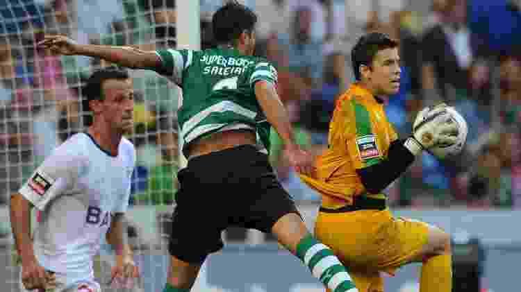 Marcelo Boeck, do Sporting, defende a bola durante um jogo pelo clube português - Eurofootball/Getty Images - Eurofootball/Getty Images