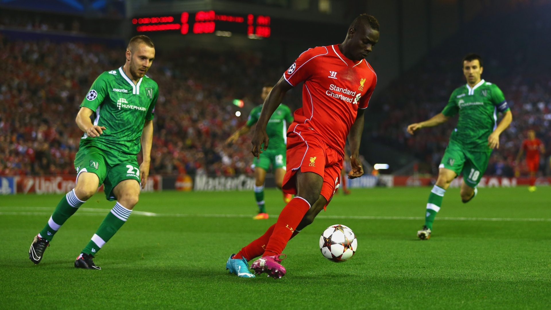 Balotelli domina bola em confronto do Liverpool com o Ludogorets