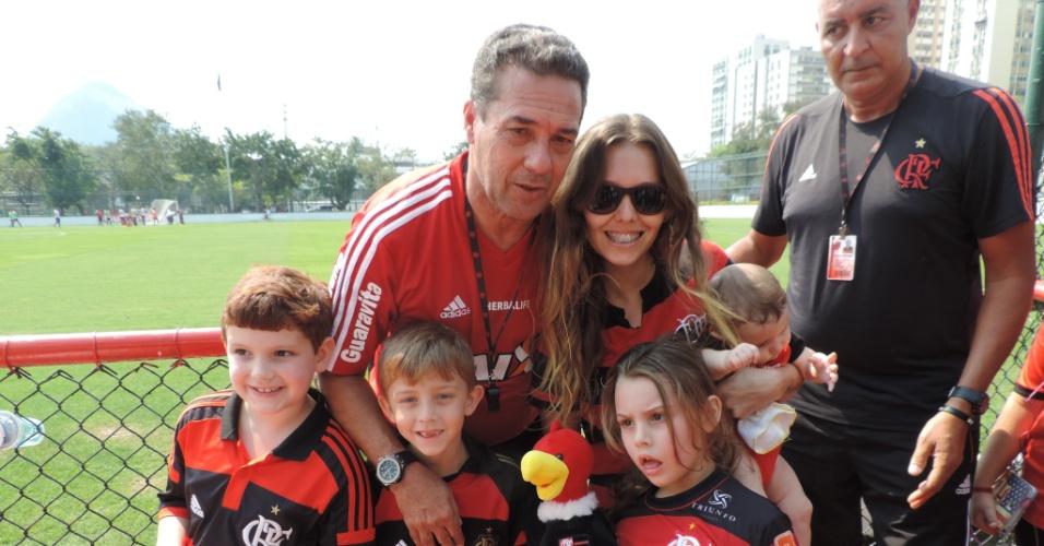Vanderlei Luxemburgo atende torcedores após treinamento do Flamengo na Gávea