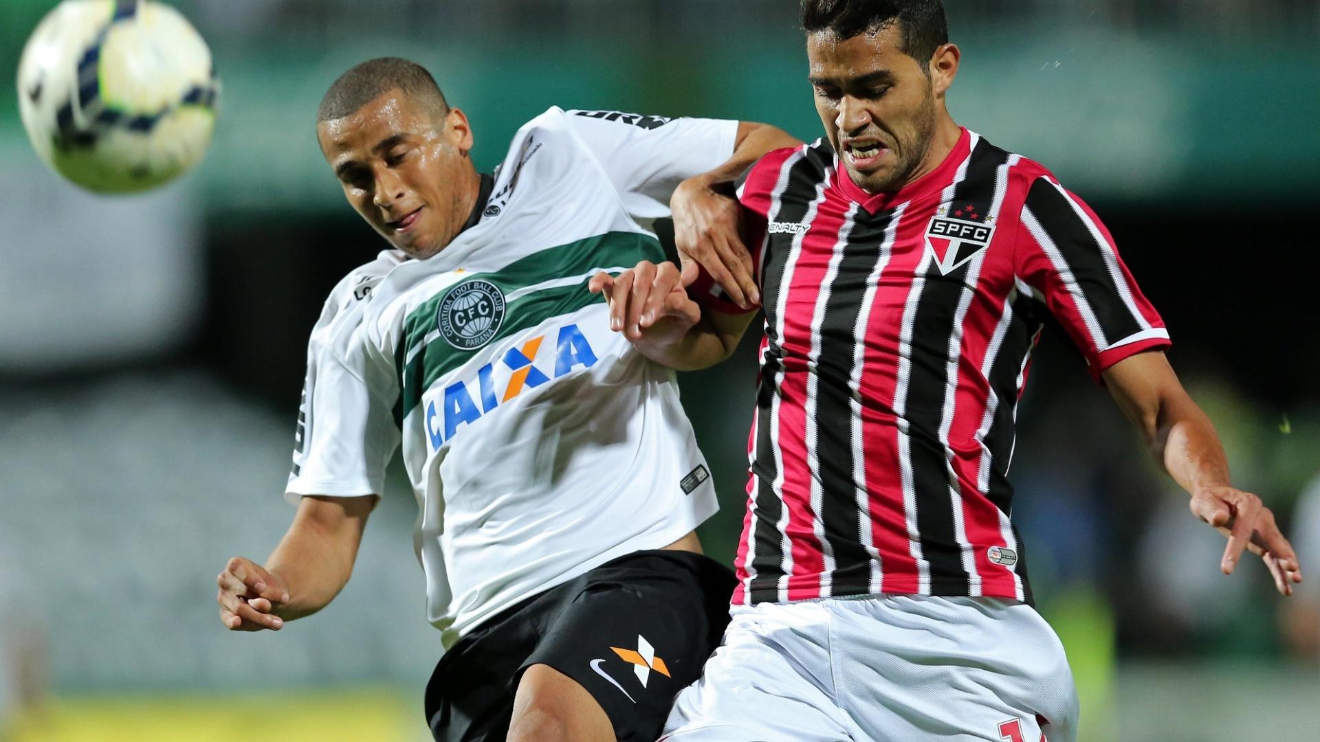 Alan Kardec tenta ganhar a bola para o São Paulo no jogo contra o Coritiba
