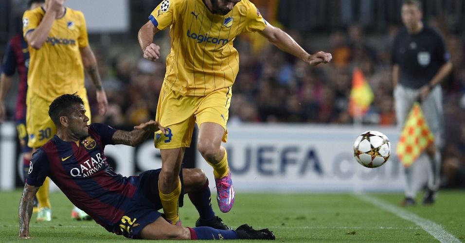 Daniel Alves corta jogada de Cillian Sheridan, do APOEL