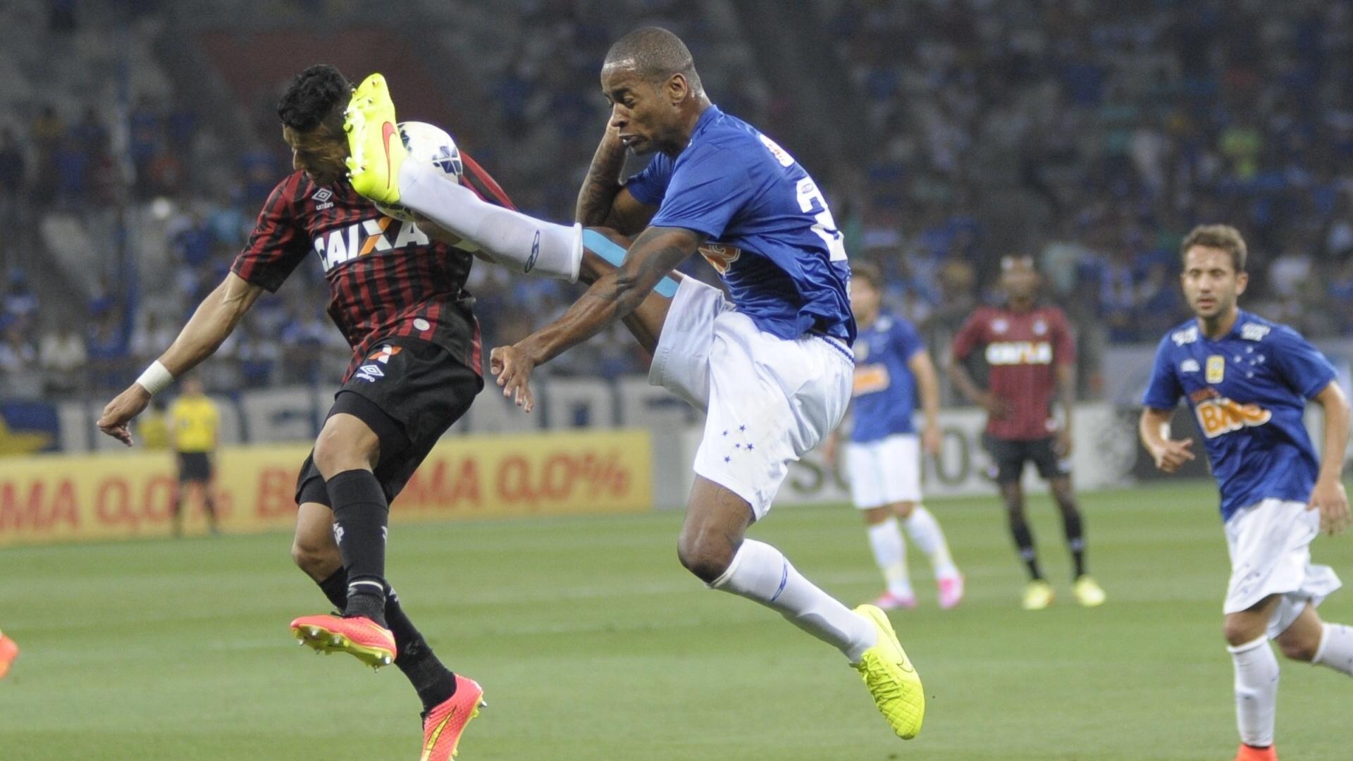 Dedé disputa bola com atacante do Atlético-PR em jogo do Cruzeiro