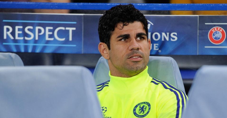 Diego Costa, atacante do Chelsea, observa do banco de reservas a sua equipe no jogo contra o Schalke 04, pela Liga dos Campeões