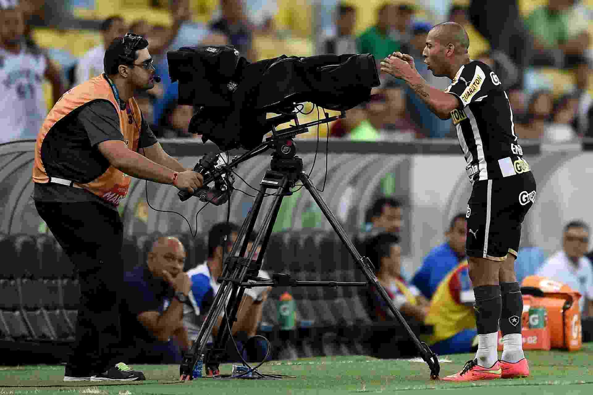 Emerson Sheik protesta em frente as cameras apos ser expulso durante partida contra o Bahia pelo Campeonato Brasileiro - Buda Mendes/Getty Images