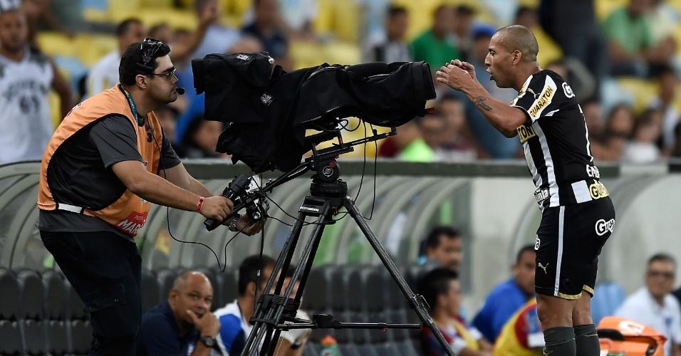 Emerson Sheik protesta em frente as cameras apos ser expulso durante partida contra o Bahia pelo Campeonato Brasileiro