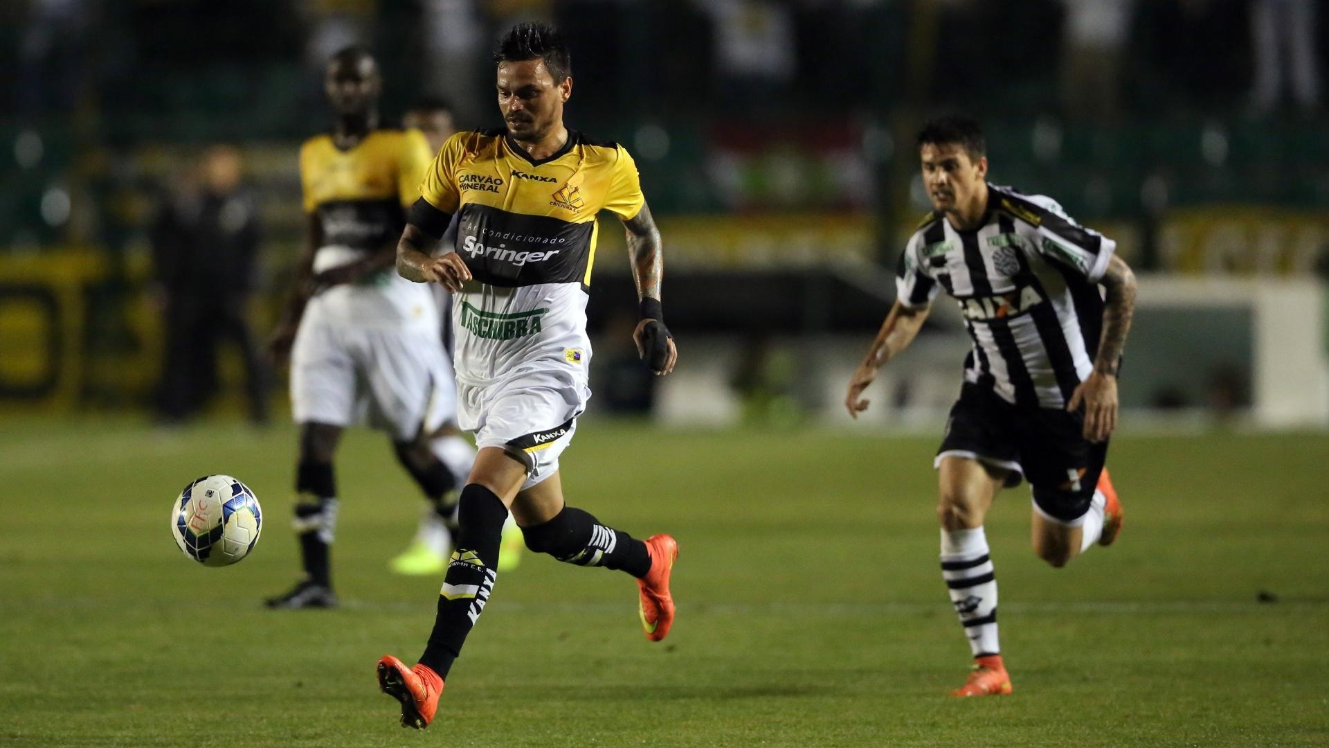 Fábio Ferreira tenta domínio na defesa do Criciúma no duelo com o Figueirense