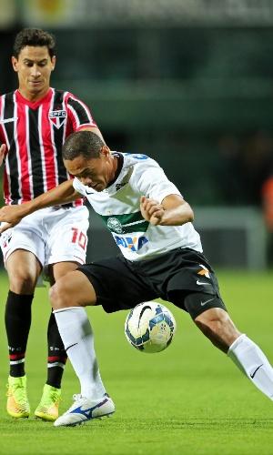 Ganso e Helder disputam bola na partida entre São Paulo e Coritiba
