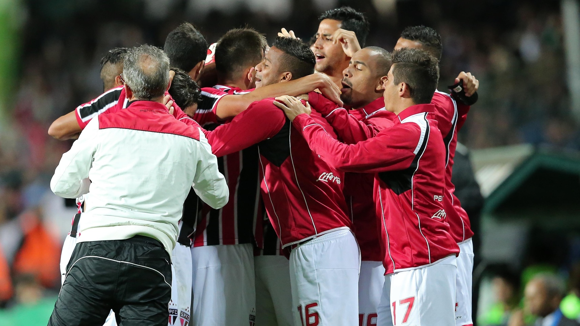 Jogadores do São Paulo comemoram gol contra o Coritiba pelo Brasileirão